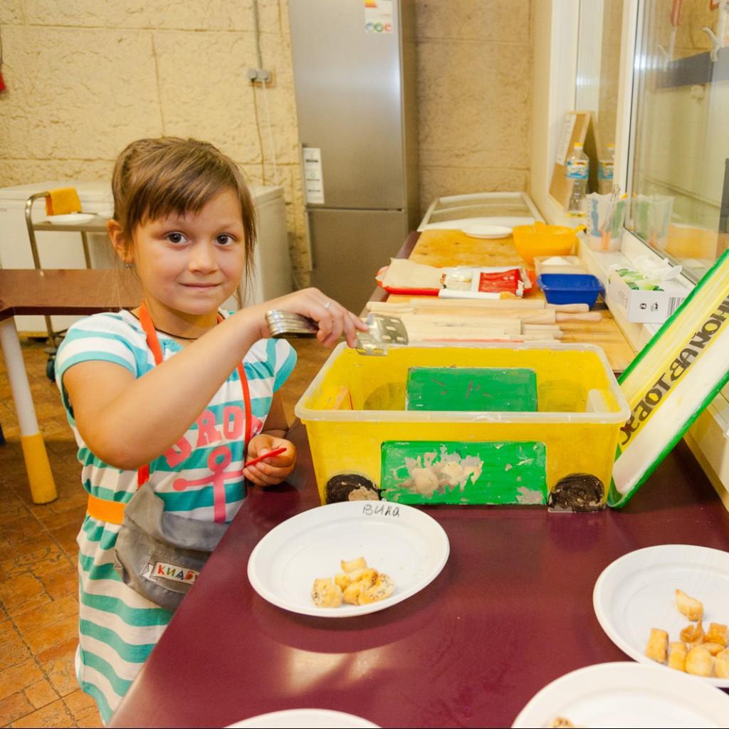 Детям о благотворительности - печем печенье для бездомных